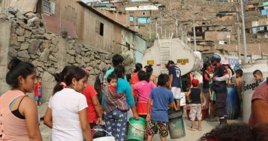 Limeños collecting water from the tanker (Photo: Resumen Latinoamericano)